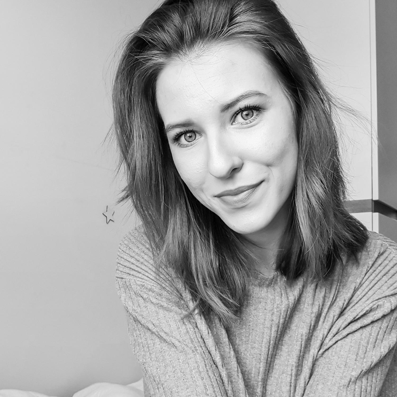 Weronika Flis Moyemu - studio kreatywne Twojejmarki | Identyfikacja wizualna, strona internetowa, grafiki reklamowe, materiały firmowe | Omnie
